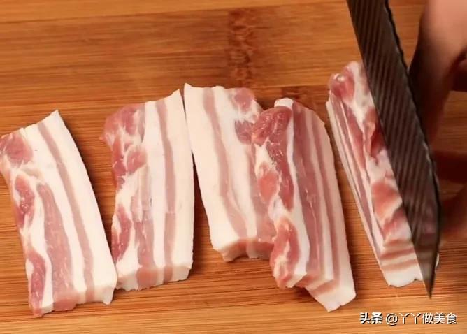 做紅燒肉,切記別焯水和用水燉了,教你一招,肥而不膩,超下飯