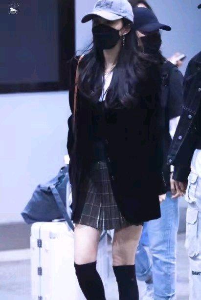 杨幂昨夜现身机场,竹竿腿又细又长搭配百褶裙少女感十足