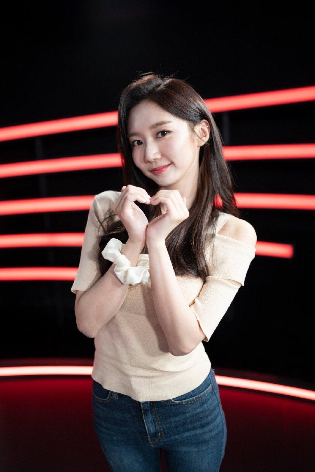 韩女主持因美貌走红,紧身衣秀身材小蛮腰抢镜,身段完美气质不俗