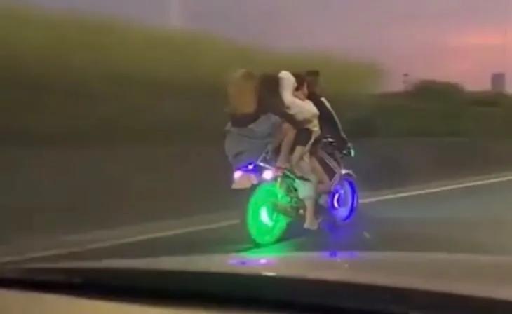 东莞又一靓仔开摩托载4女生,看到他的车,我认输了