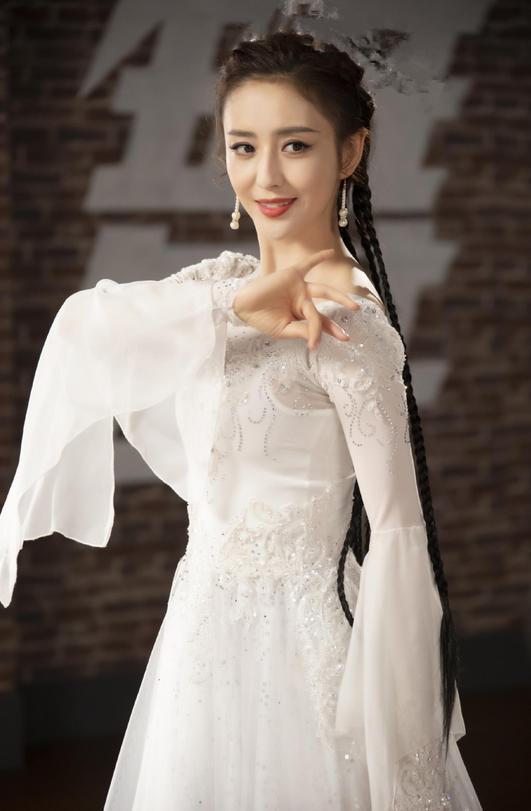 佟丽娅私服太嫩了,条纹卫衣搭白色短裤好清纯,37岁嫩成高中生