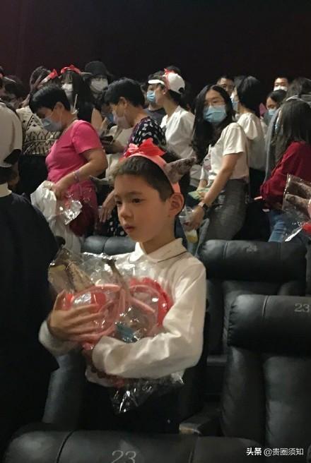 霍思燕带嗯哼现身《燃野少年的天空》首映活动,8岁的嗯哼长大了
