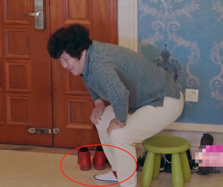 程莉莎人设崩塌?《婆婆和妈妈》节目给婆婆换一次性拖鞋引争议