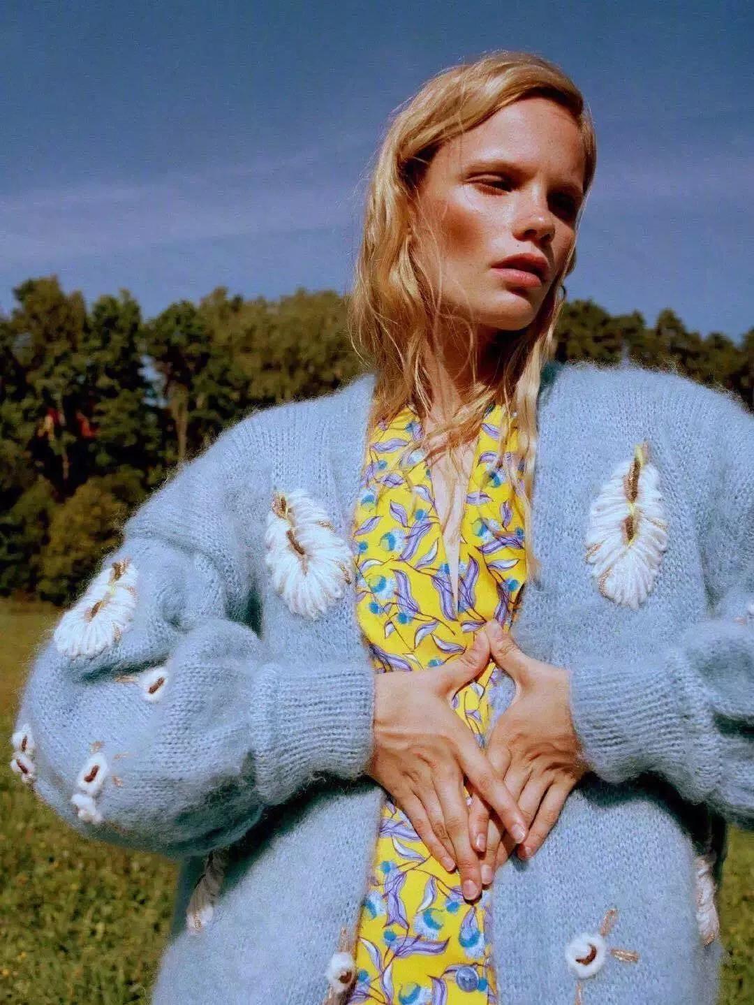别只穿裤子了!厚外套+裙子才是今冬最时髦搭配,穿上稳赢