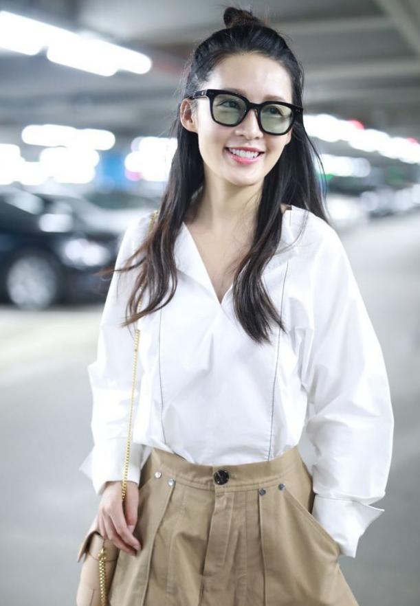 李沁机场穿搭真养眼,白衬衫搭超短裤娇小可爱,好身材一目了然