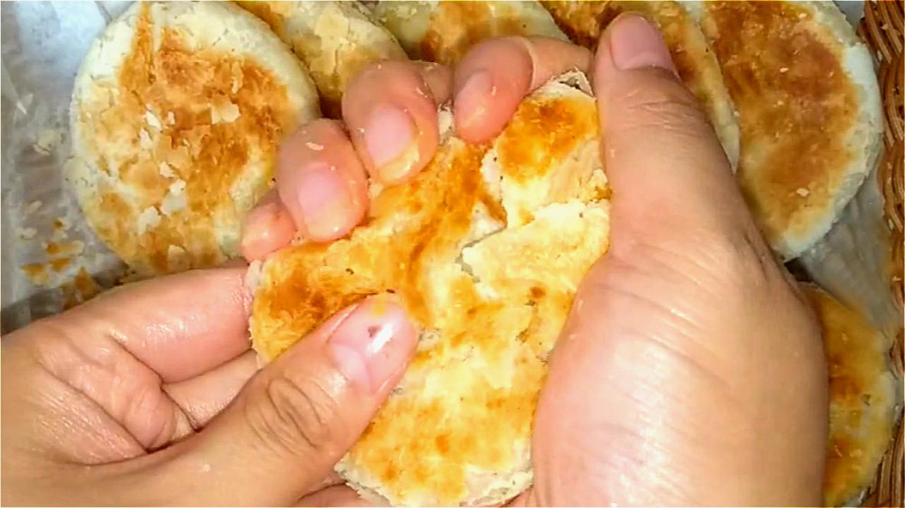 椒盐饼吃着太香了,无技巧难度教你在家做,一卷一捏,外酥里香 美食做法 第3张