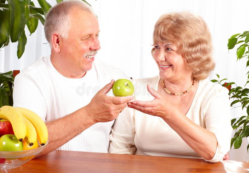 """老年人夏季要更""""补"""",别太瘦,多吃3类食物,身体更健康"""