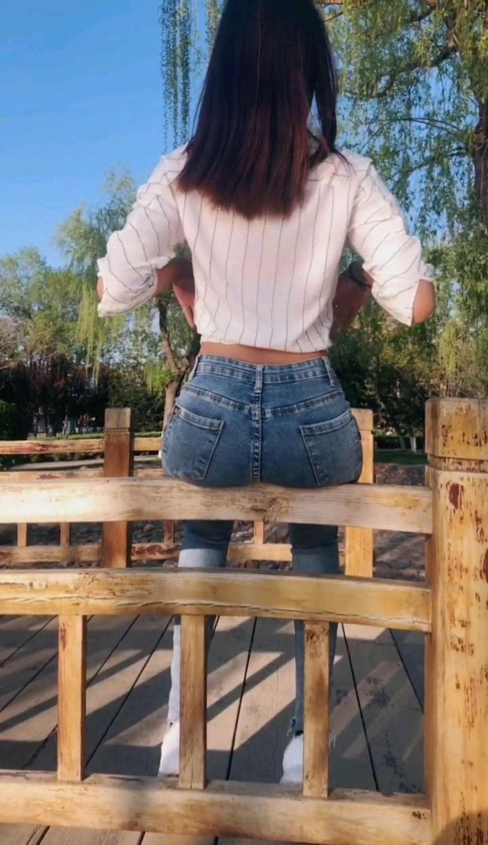男人的眼睛为什么喜欢盯着穿牛仔裤的女孩,她们有什么魅力?