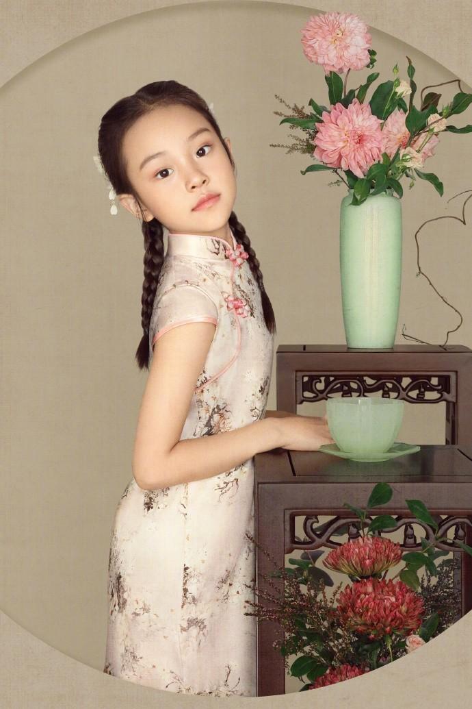 8岁甜馨真有出息,首次T台走秀气场十足,李小璐坐台下一脸傲娇