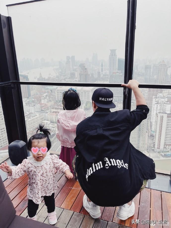 陈赫娇妻张子萱晒美照,风格突变成嘻哈少女,透视内搭小心机满满