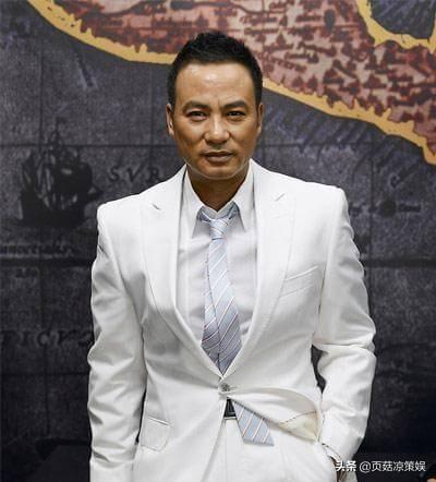 65岁任达华罕露面,吃路边摊接地气,肌肉健硕对比赵本山太明显
