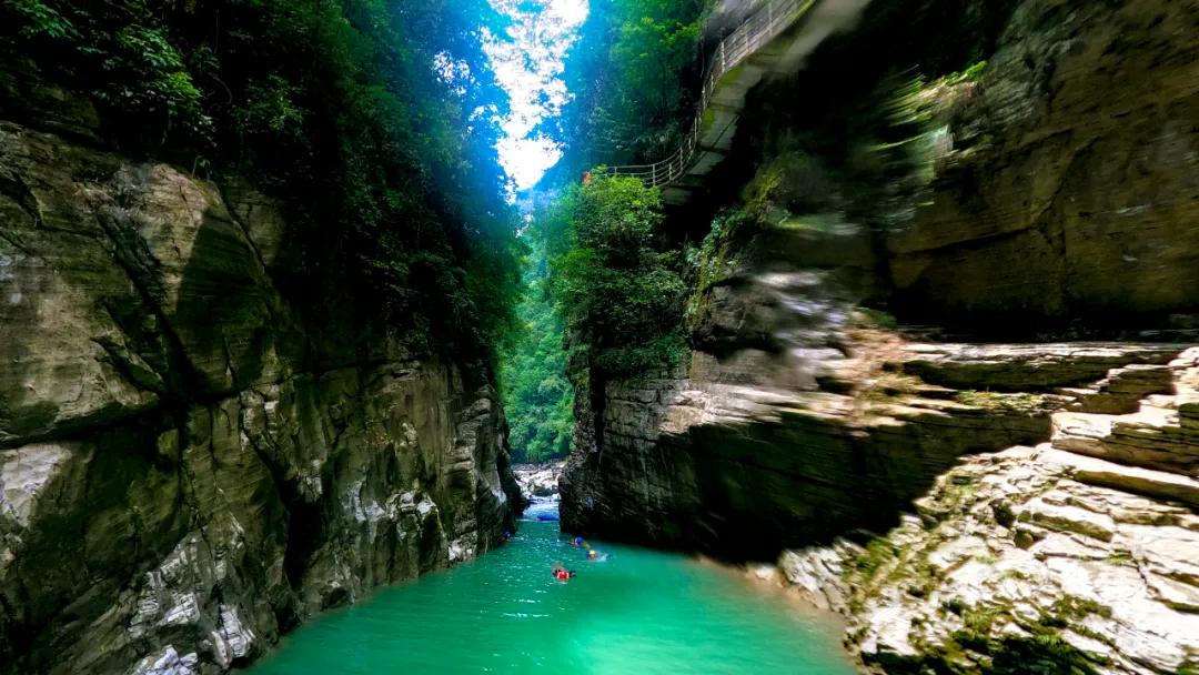 中国旅游日为更好地服务游客,恩施地心谷景区错峰免费