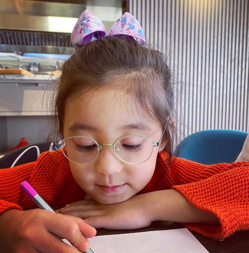 咘咘美照被傳,3歲妹妹波妞意外成焦點,這生圖顏值美翻了呀