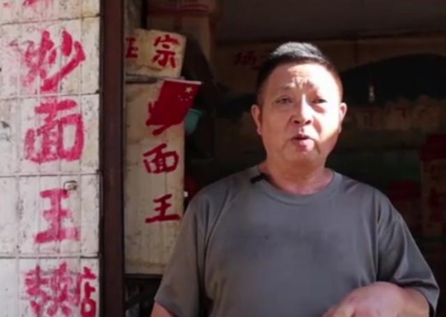 """湖北油腻的""""炒面王"""",每天至少卖1000碗,两年磨坏一把铁锅铲"""