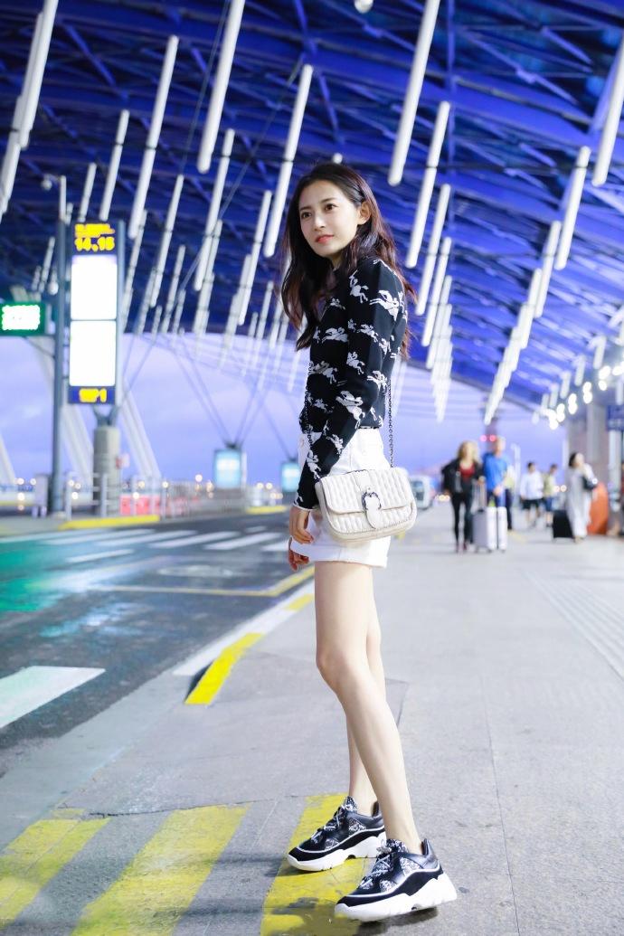 """陈钰琪素颜""""美到过分""""!黑色图案针织上衣+白色短裤,身材超赞"""