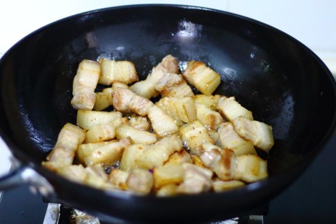 自家晒的干豆角,加五花肉炖一炖,肉香而不腻,豆角清香又甘甜! 美食做法 第6张