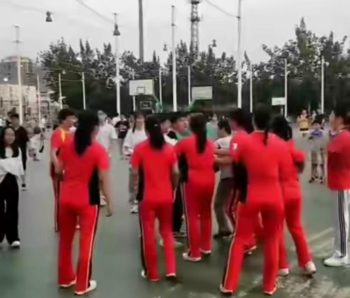 """""""终于给她们砸了!""""山东大妈为跳广场舞,站篮球架下不走,小伙怒砸音响"""