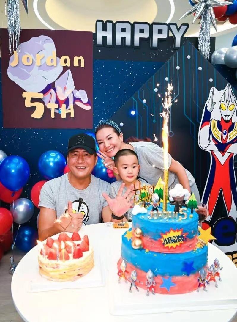 高曙光晒全家福庆57岁生日!和娇妻当众撒狗粮,小52岁儿子更像爸