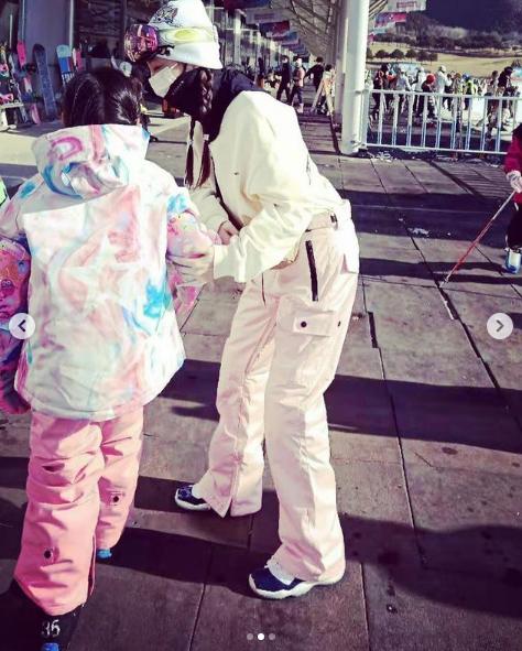 李小璐帶女兒滑雪,吐槽甜馨長太重卻抱著不撒手,母女同框超有愛