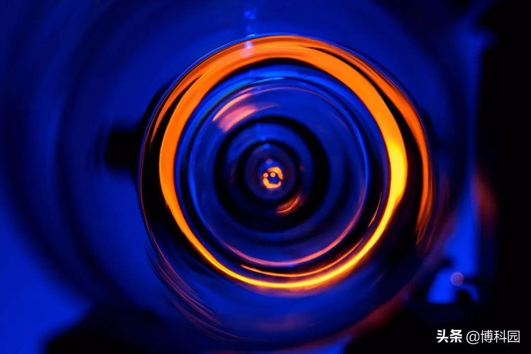 利用引力透镜,确定物质的密度和结构,可以推算出宇宙的总质量!