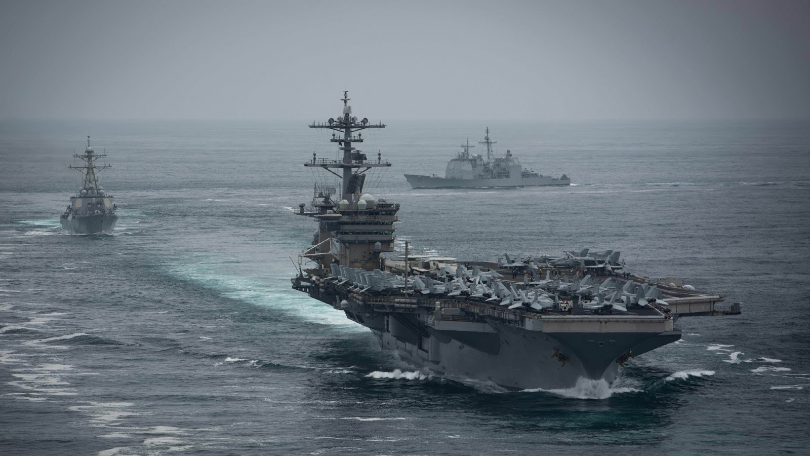 美军航空母舰抵达后,我军罕见展示豪华阵容,释放何种信号?