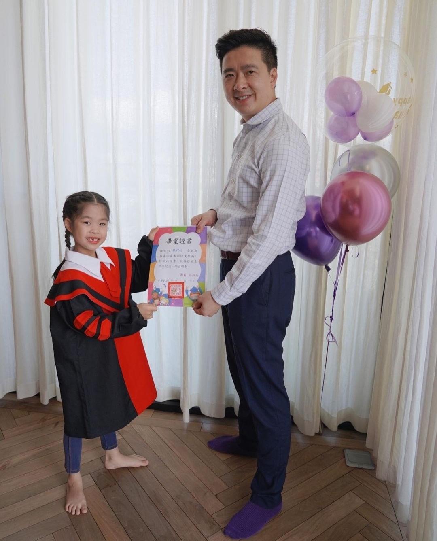 林志颖弟弟全家福曝光,女儿幼儿园毕业,在家参加线上典礼超开心