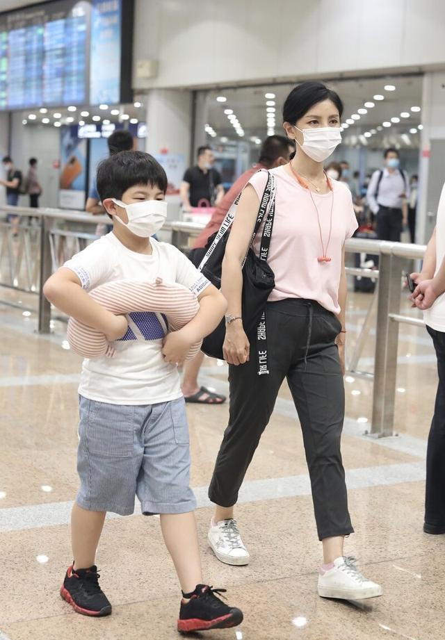 胡可携9岁安吉走机场,穿T恤配9分裤显小腹,44岁身材好真实