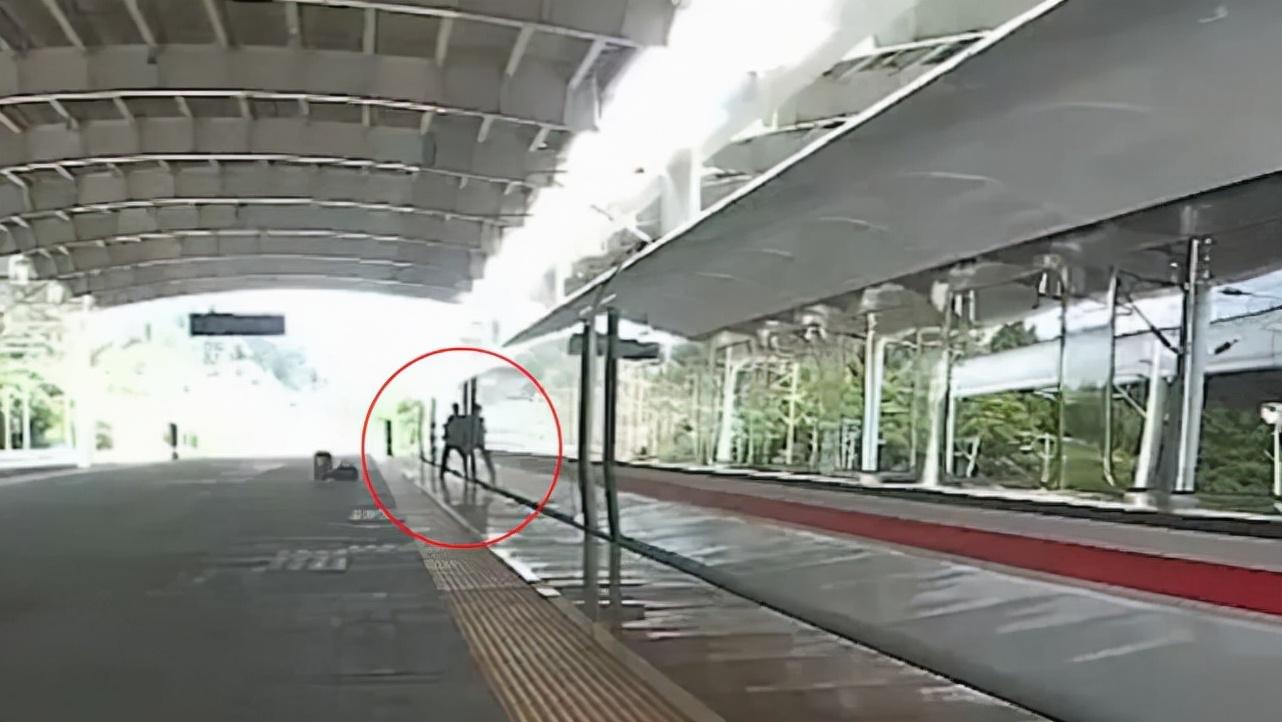 男子下错站后竟用脚阻止车门关闭,导致列车晚