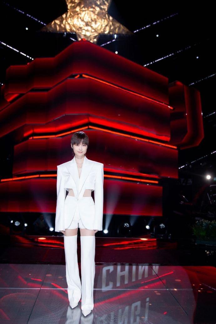 名门泽佳:李宇春的时尚感绝了!身穿珍珠白断层西装效果性感凌厉