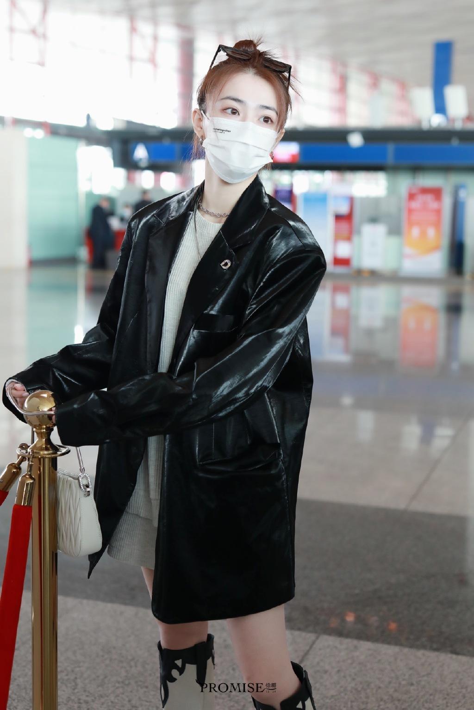 组图-徐璐黑色皮衣搭配白色T恤甜酷日常穿搭,黑白拼接长靴超吸睛