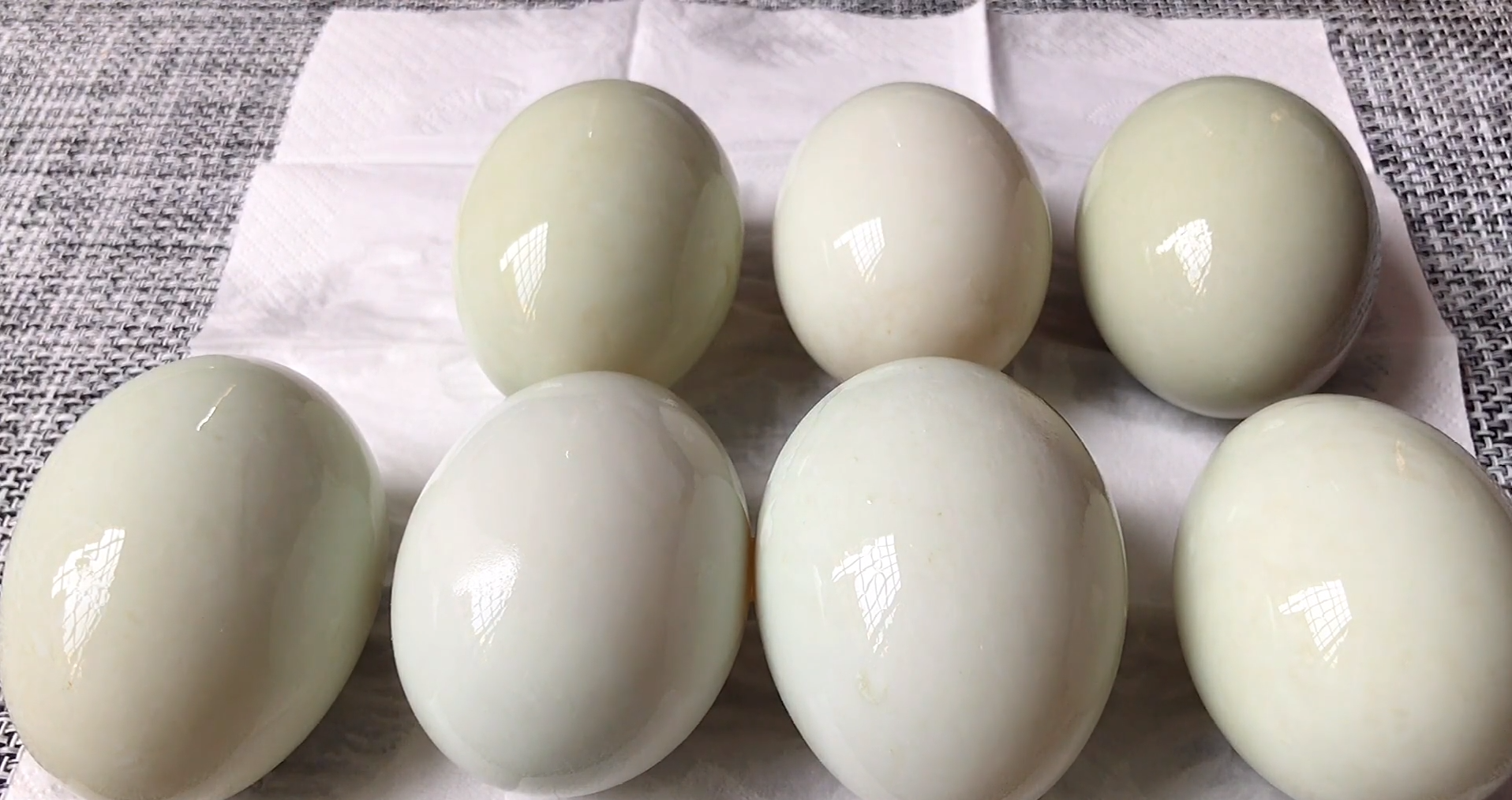 把白酒倒进鸭蛋里,真是厉害了,个个翻沙流油,吃着满嘴留香 美食做法 第5张