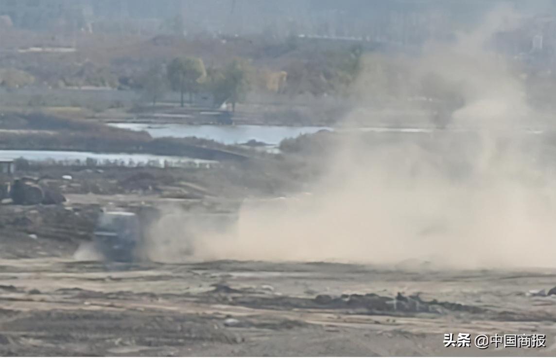 青岛城阳回填工地出现疑似工业固废 现场扬尘污染严重