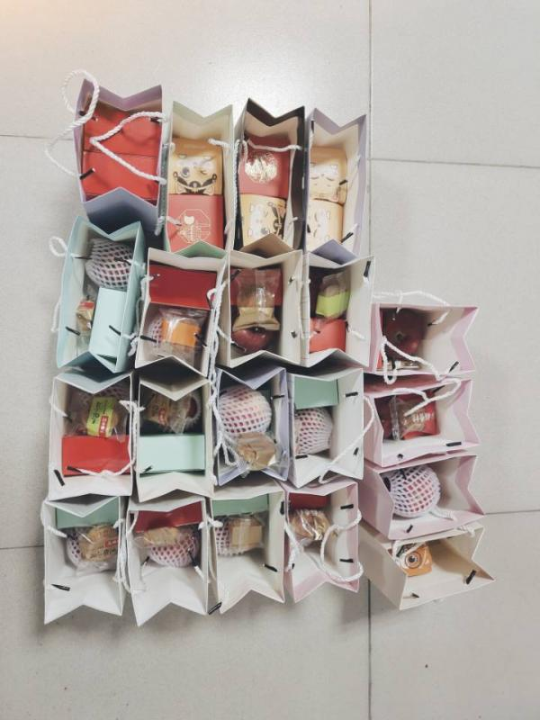 中秋佳节团圆时 武汉一高校给新生免费送月饼