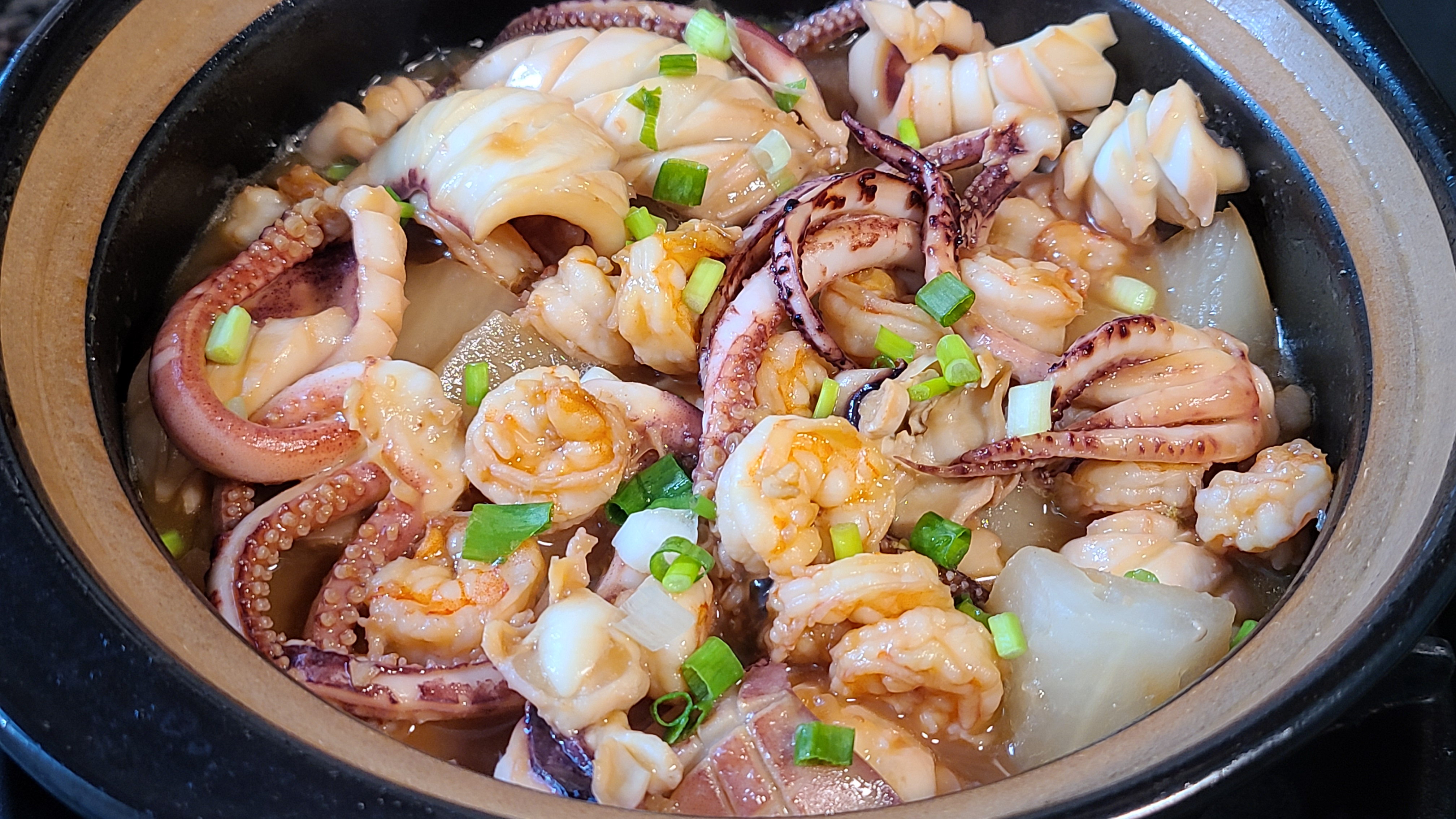 蘿蔔燉海鮮,又鮮又好吃,做法很簡單,天冷吃這個正好