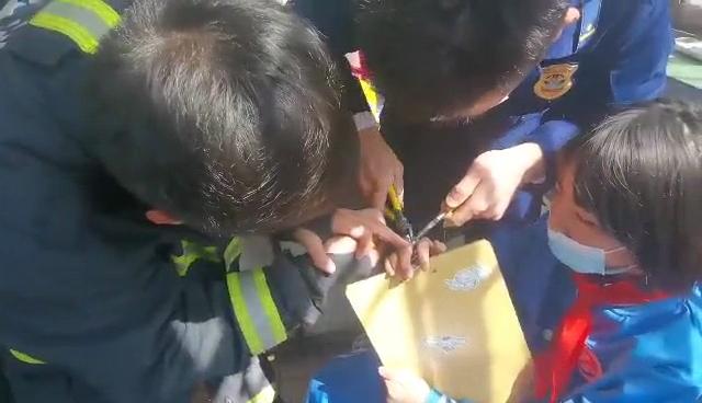 青岛一女孩被垫板夹住手指就医,消防员进医院破拆
