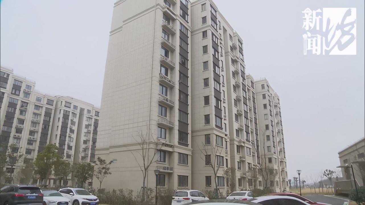 """河景房""""变""""墓景房""""!上海一小区上百户居民很闹心:白天都不敢往那看 河南商报2021-02-01 08:35:37 期待已久的新房到手,  可谓欢天喜地的大好事,  不过市民戈先生却高兴不起来。  原"""