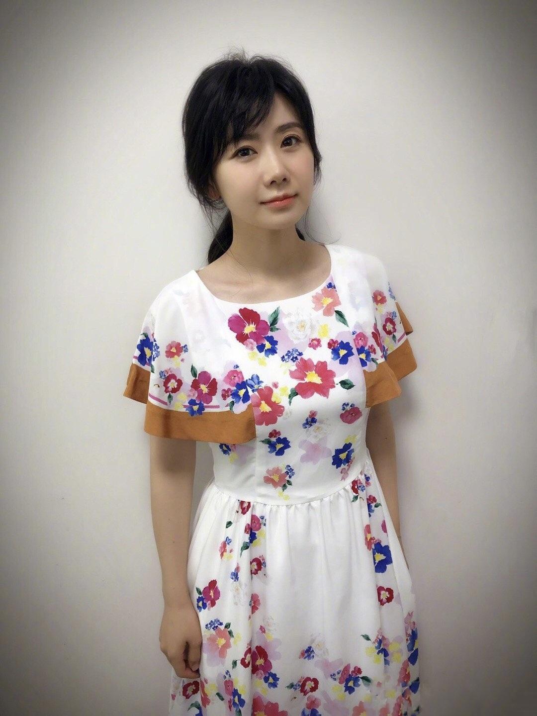 还在纠结夏天怎么穿?一条印花裙全搞定,时髦精早就开始穿了