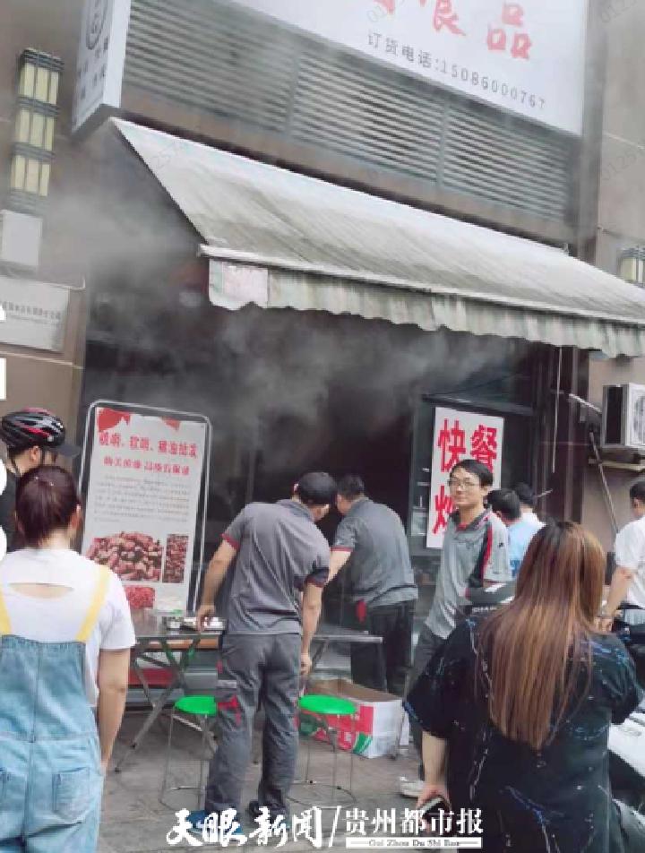 贵阳一餐馆起火,8位快递小哥一起上