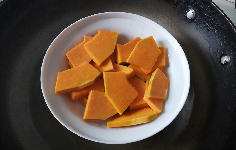 南瓜加上豆沙餡做出來的小餅,個個黃澄澄酥脆,看著都流口水