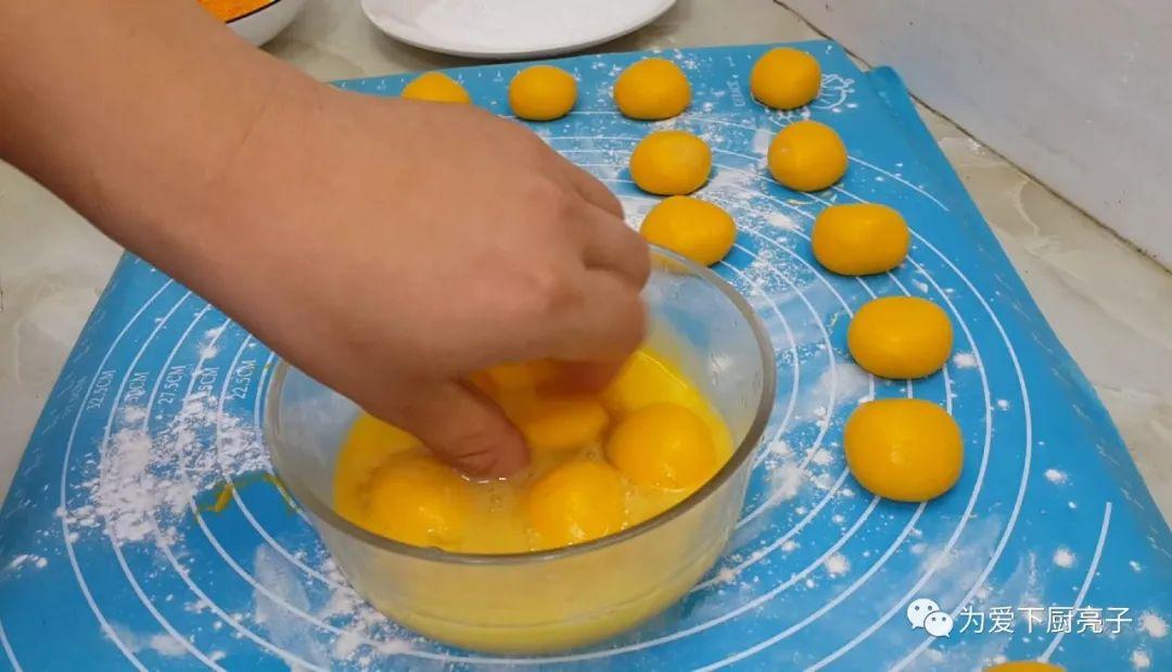 自制南瓜丸子的做法,锅里一炸,出锅不发硬不吸油,全家都抢着吃