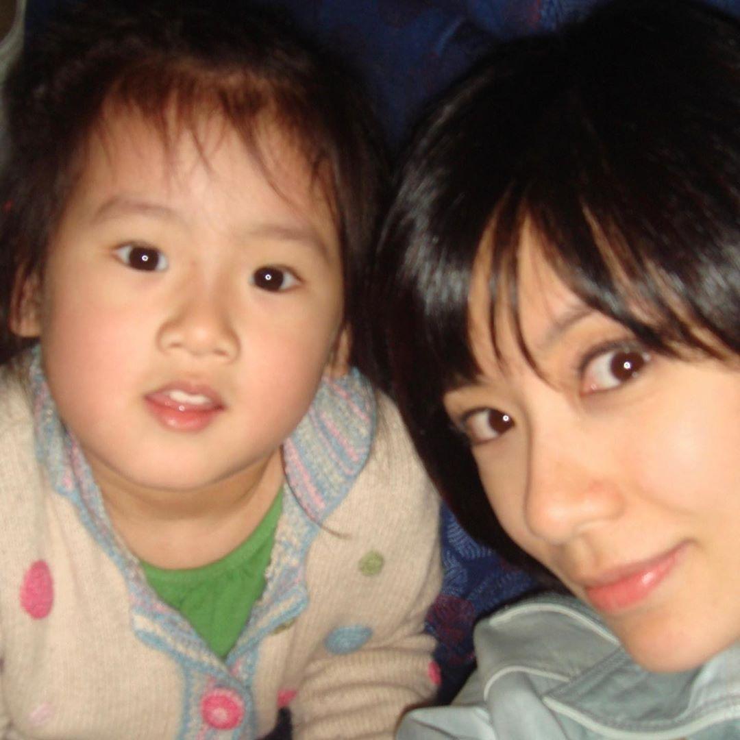 賈靜雯因疫情反彈在家享天倫之樂,給3個女兒扎同款髮型溫情滿滿