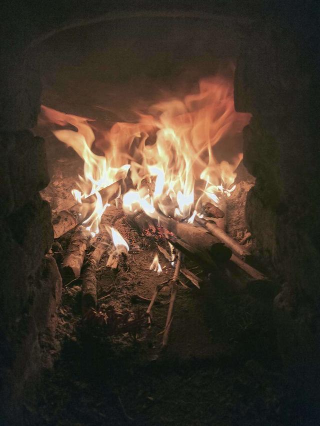 在家烧柴火的日子。