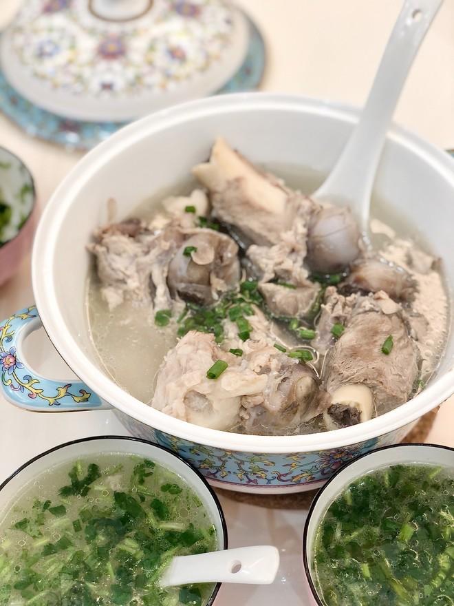 """炖骨头汤,牢记""""2放3不放"""",骨汤浓白鲜美,入口不油腻还没腥味"""