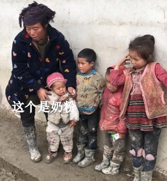 单亲妈妈独自养育4胎,婴儿饿了只能吃泡面充饥,肚子里还有一个