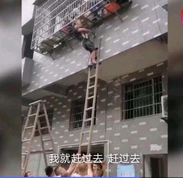 真爱在民间,10多名陌生人合力托举悬窗救女童