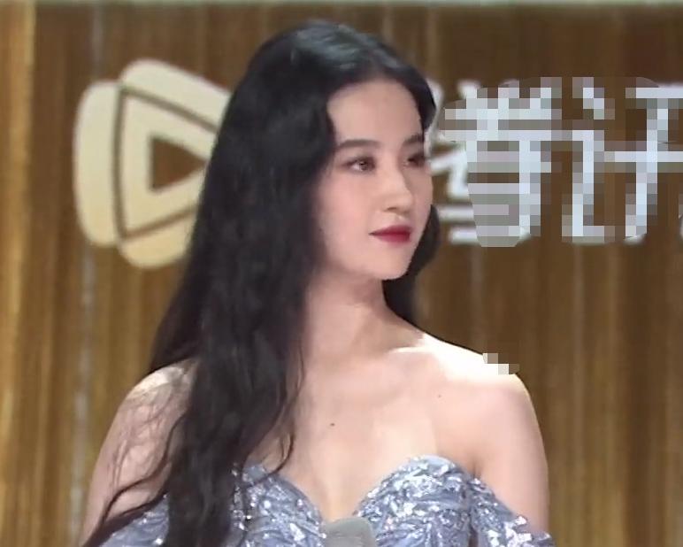 """刘亦菲现身""""拾光盛典"""",无美颜状态下的脸,说才23岁都有人信"""