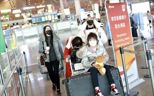 陳曉東一家四口罕走機場,老婆發福倆女兒似複製,還帶倆保姆伺候