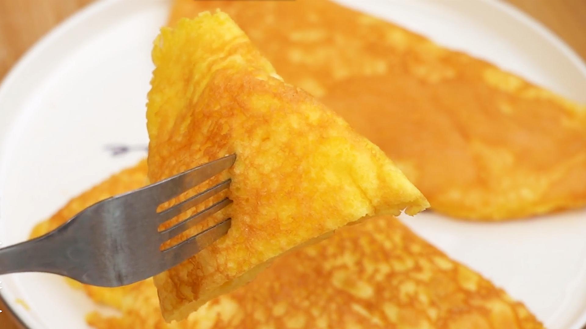 3個雞蛋不加麵粉,教你做早餐,比烙餅簡單,綿軟細膩,入口即化