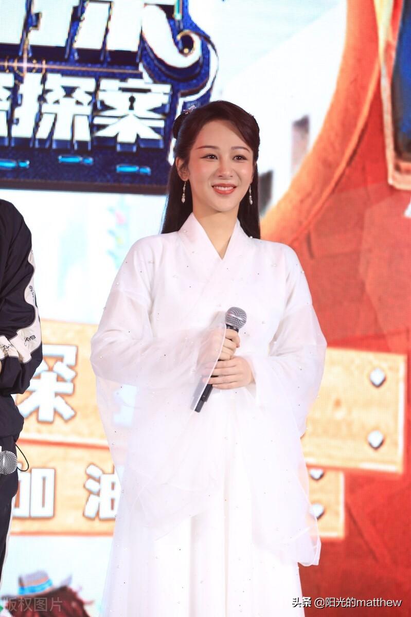 杨紫出席活动:一身白色古装裙仙气十足