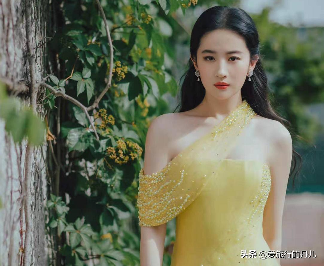 刘亦菲又美了!金色礼服裙配蛋糕卷,重变天仙